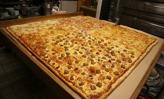 Самая-большая-пицца-в-мире-которую-подают-в-ресторане