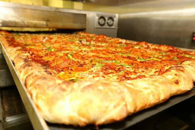 Пицца с начинкой перед подачей
