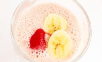 йогурт с клубникой и бананом