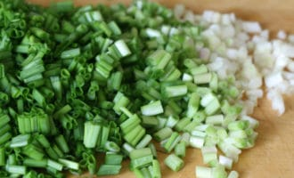 зеленый лук нарезанный