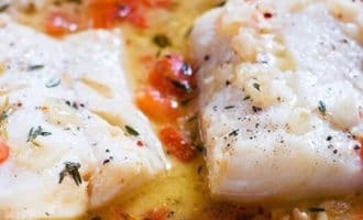 филе белой рыбы с помидорами