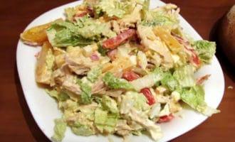 готовый салат из пекинской капусты и курицы