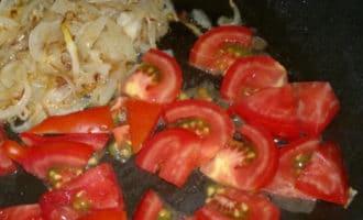 лук и помидор на сковороде