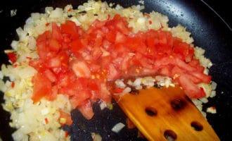 лук и помидоры на сковороде