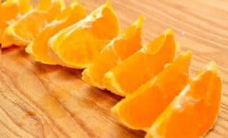 апельсин нарезан дольками