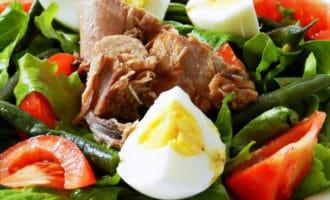 готовый салат из тунца и стручковой фасоли