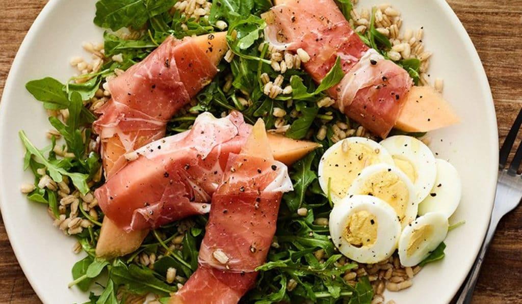Салат из дыни в сыровяленой ветчине