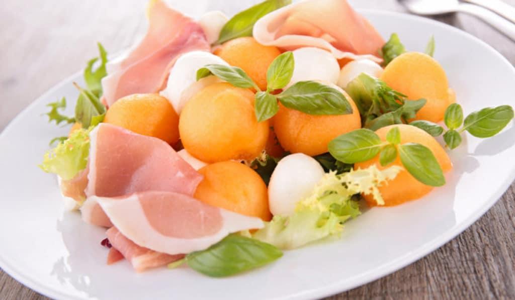 Салат с дыней и моцареллой