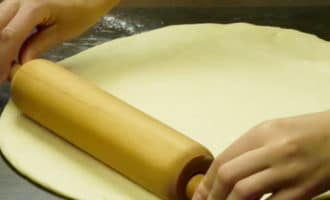 раскатываем тесто для пончиков