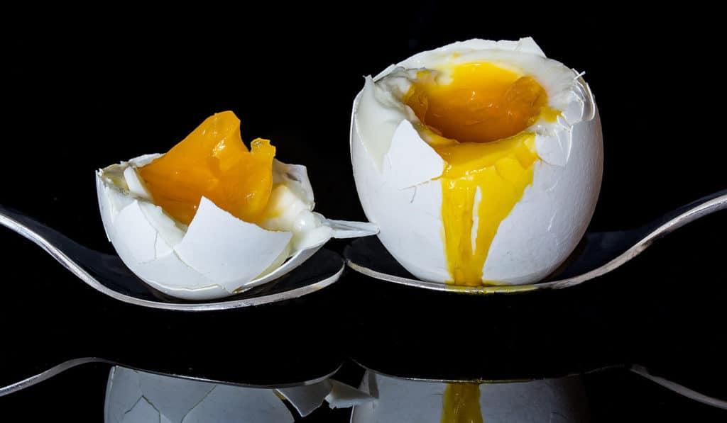 Яйцо с сырым желтком