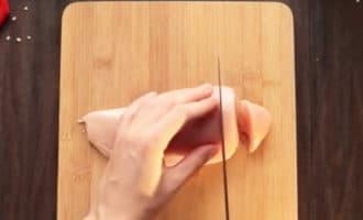 куриное филе нарезаем ножом