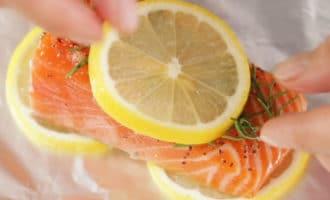 куски лосося с розмарином и лимоном