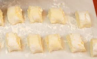 нарезаем тесто для сырников