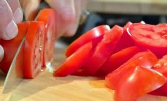 помидоры нарезаем кружочками