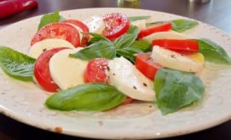 помидоры с моцареллой и базеликом