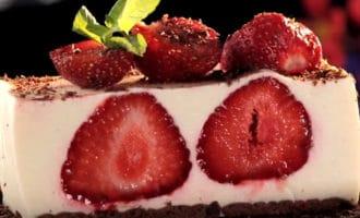Украшенный кусочек торта