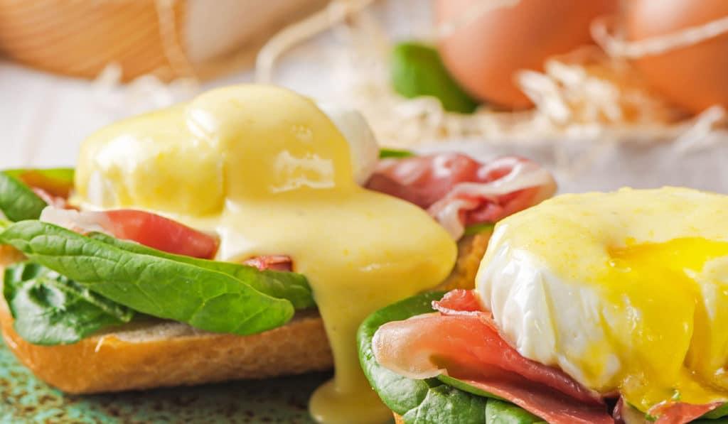 Яйца со шпинатом и соусом голландез