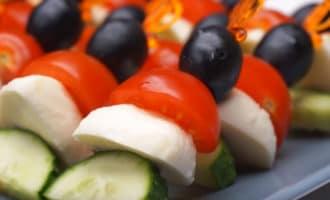 Готовая закуска из овощей и моцареллы