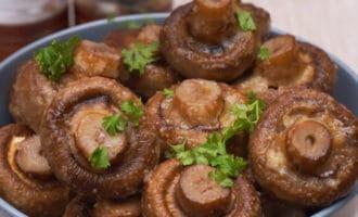Готовые грибы с зеленью