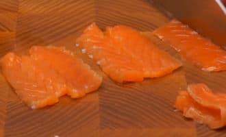 Нарезанная красная рыба