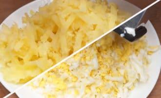 Натёртый картофель и яйца