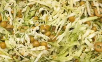 Салат с капустой оливками и горошком