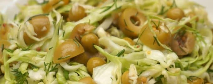 Салат с молодой капустой оливками и горошком рецепт