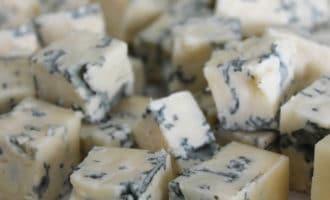 Сыр с плесенью кубиком