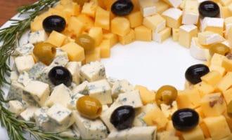 Украшенная сырная тарелка
