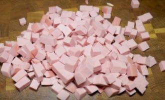 Вареная колбаса кубиком