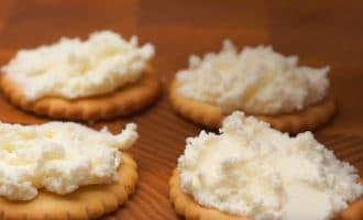 Крекеры смазанные сыром
