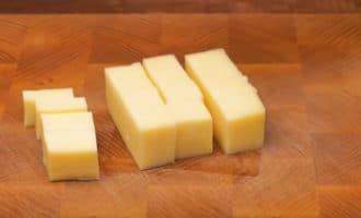 Твердый сыр нарезанный кубиком