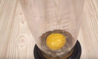 Яйцо в емкости для взбивания