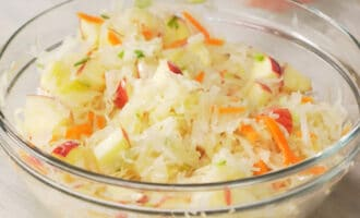 готовый салат с квашеной капустой и яблоками