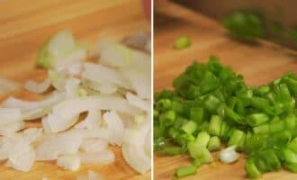 нарезанный репчатый и зеленый лук