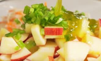 приготовление немецкого салата из квашеной капусты и яблок