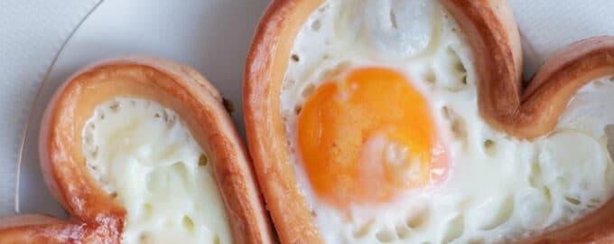 Яйца с сосиской в форме сердца рецепт