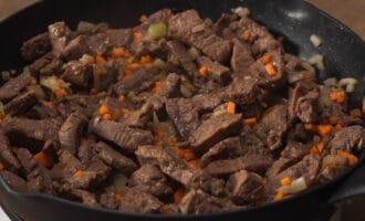 говядина с луком и морковью