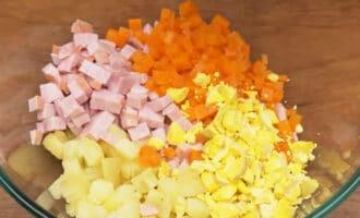 картошка, морковь, ветчина и желток в миске