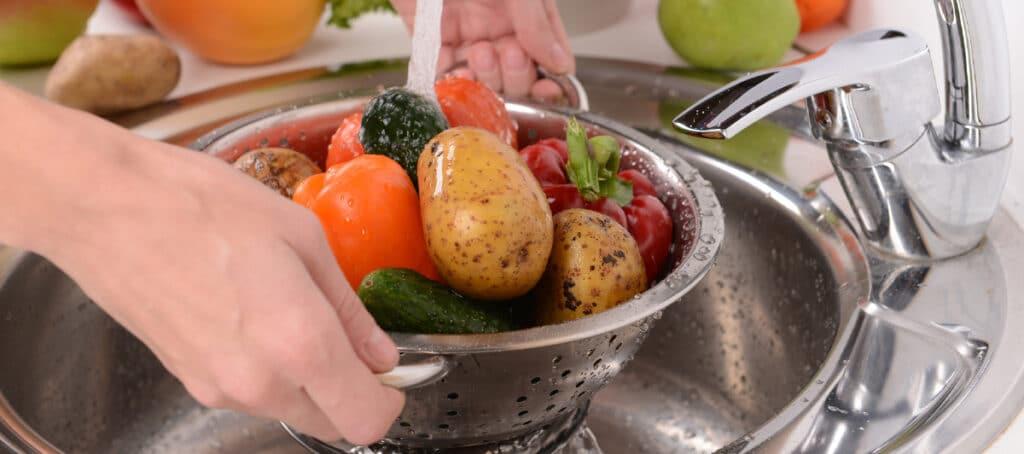 Нужно ли мыть овощи и фрукты дольше