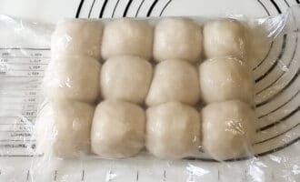 тесто шариками под пищевой пленкой