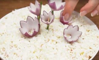 выкладывание цветов из лука на салат