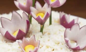 зерна кукурузы в центре цветка из лука