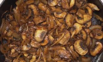 жареный лук с грибами