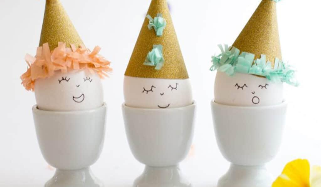 Пасхальные яйца в колпачках