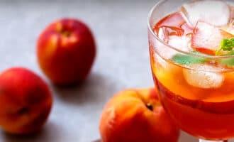 Холодный чай с персиком и мятой