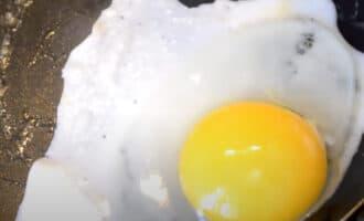 яйцо на сковороде
