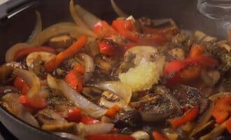 Овощи со специями на сковороде