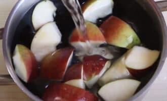 Чернослив с яблоками в воде