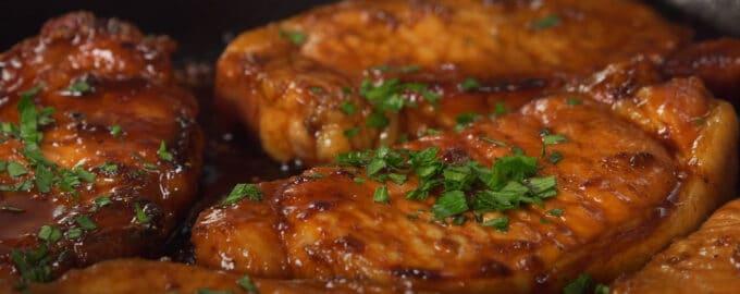 Стейки из свинины в пряном маринаде